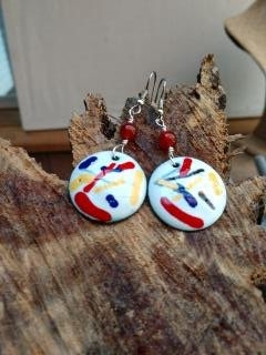 White Enamel Round Disc with Red and Yellow Strands