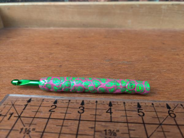 Mauve and Green Swirls US size K - 6.5mm Crochet Hook picture