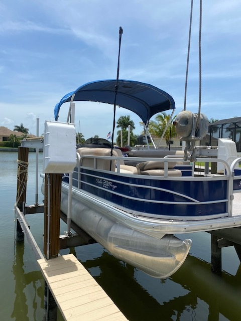 Boat 9 - 22' Suntracker Pontoon